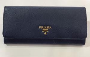 PRADA防刮牛皮扣式藍皮夾